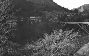 奥多摩,青梅線奥多摩駅,駅前を流れる日原川の写真素材 [FYI04145860]