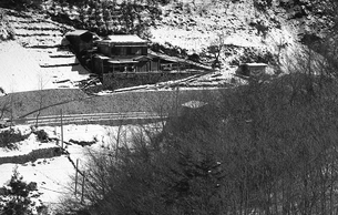 奥多摩,丹波山村お祭,山の斜面に建つ家の写真素材 [FYI04145887]