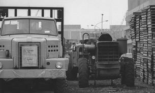 輸出されるトラックの写真素材 [FYI04145981]