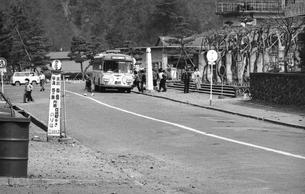 奥多摩湖,バス停の写真素材 [FYI04145984]