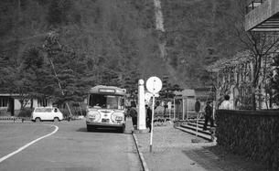 奥多摩湖,バス停の写真素材 [FYI04145985]