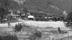奥多摩湖,山の斜面にある民家の写真素材 [FYI04145991]