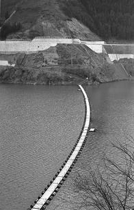 奥多摩湖に掛かるドラム缶の浮橋の写真素材 [FYI04145998]