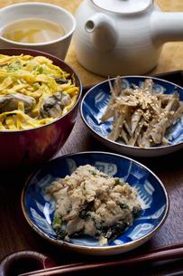 かきご飯とキンピラの写真素材 [FYI04146205]