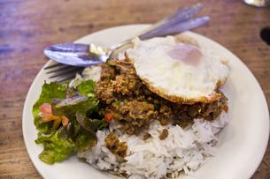 豚挽肉のバジル炒めご飯の写真素材 [FYI04146219]