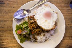 豚挽肉のバジル炒めご飯の写真素材 [FYI04146220]
