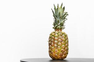 白背景のパイナップルの写真素材 [FYI04149600]