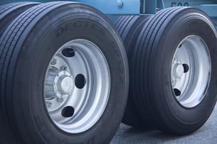 トレーラーのタイヤの写真素材 [FYI04150145]