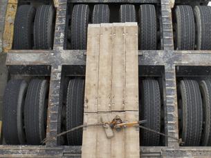 トレーラーのタイヤの写真素材 [FYI04150361]