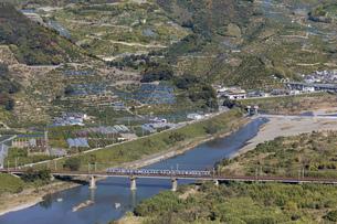 日本の風景、有田川と紀勢本線の写真素材 [FYI04152480]