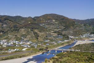 日本の風景、有田川と紀勢本線の写真素材 [FYI04152488]
