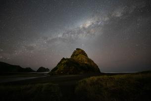 ビーチと天の川の写真素材 [FYI04153144]