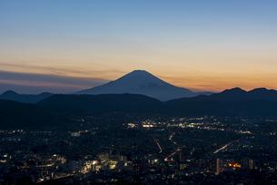 富士山とブルーアワーの写真素材 [FYI04153235]