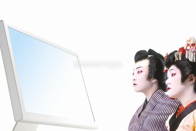 パソコンを見る男役と町娘の写真素材 [FYI04153301]
