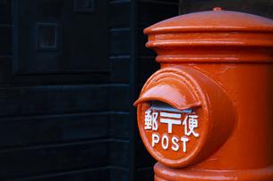 丸ポスト アップ  郵便ポストの写真素材 [FYI04153321]