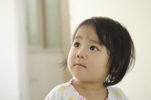 遠くを見ている女の子の写真素材 [FYI04153656]