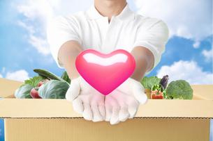 野菜とまごころををお届けする配達員の写真素材 [FYI04153911]