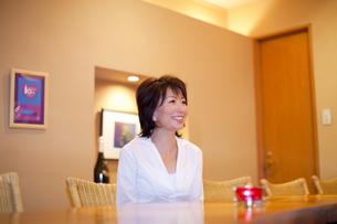 カウンターに座る女性の写真素材 [FYI04154449]