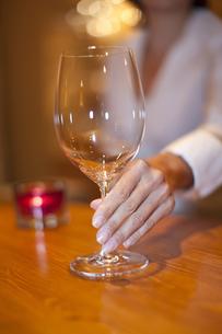 グラスを差し出すソムリエの女性の写真素材 [FYI04154481]