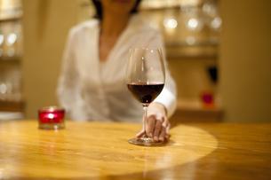 ワインを差し出すソムリエの女性の写真素材 [FYI04154491]
