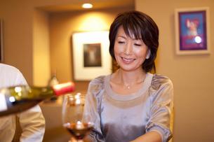 ワインを注いでもらう女性の写真素材 [FYI04154536]