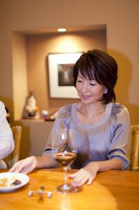 BARカウンターでワインを飲む女性の写真素材 [FYI04154537]