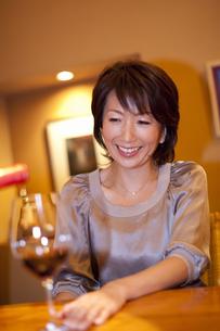 ワインを注いでもらう女性の写真素材 [FYI04154538]