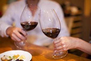 赤ワインで乾杯をするカップルの写真素材 [FYI04154539]