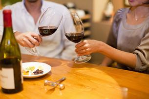赤ワインで乾杯をするカップルの写真素材 [FYI04154540]