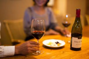 ワインを飲みながら会話を楽しむ男女の写真素材 [FYI04154541]