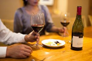 ワインを飲みながら会話を楽しむ男女の写真素材 [FYI04154542]