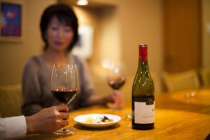 ワインを飲みながら会話を楽しむ男女の写真素材 [FYI04154543]