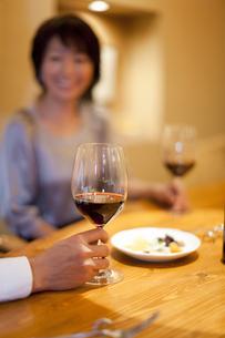 ワインを飲みながら会話を楽しむ男女の写真素材 [FYI04154544]