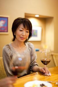 ワインを飲みながら会話を楽しむ男女の写真素材 [FYI04154545]