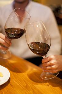 赤ワインで乾杯をするカップルの写真素材 [FYI04154546]