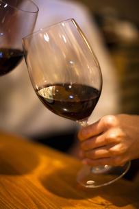 赤ワインで乾杯をするカップルの写真素材 [FYI04154547]