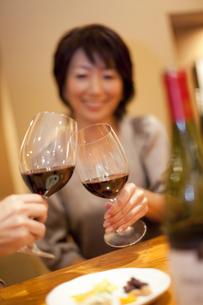 赤ワインで乾杯をするカップルの写真素材 [FYI04154548]