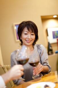 赤ワインで乾杯をするカップルの写真素材 [FYI04154549]