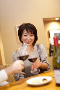 赤ワインで乾杯をするカップルの写真素材 [FYI04154550]