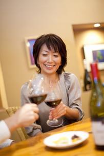 赤ワインで乾杯をするカップルの写真素材 [FYI04154551]