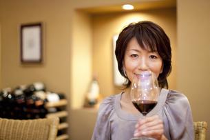 BARカウンターでワインを飲む女性の写真素材 [FYI04154562]