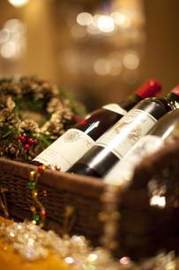 籠に入ったワインのボトルの写真素材 [FYI04154575]