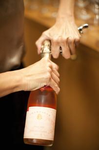 シャンパンを開ける女性の写真素材 [FYI04154577]