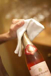 シャンパンを開ける女性の写真素材 [FYI04154578]