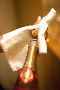 シャンパンを開ける女性の写真素材 [FYI04154580]