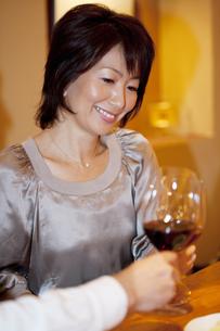 赤ワインで乾杯をするカップルの写真素材 [FYI04154648]
