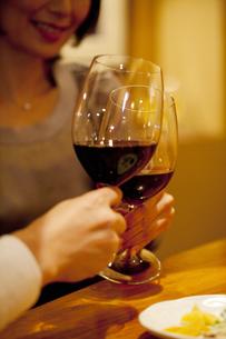 赤ワインで乾杯をするカップルの写真素材 [FYI04154649]