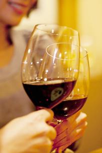 赤ワインで乾杯をするカップルの写真素材 [FYI04154650]