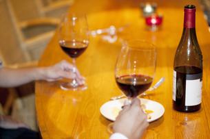 赤ワインの入ったグラスを持つカップルの写真素材 [FYI04154652]