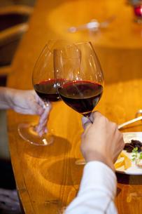 赤ワインで乾杯をするカップルの写真素材 [FYI04154653]